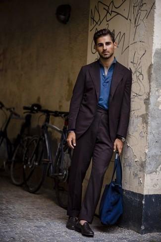 Фиолетовый костюм: с чем носить и как сочетать: Фиолетовый костюм и синий свитер с воротником поло — замечательный пример элегантного мужского стиля в одежде. Любишь незаурядные сочетания? Тогда закончи свой образ темно-пурпурными кожаными лоферами.