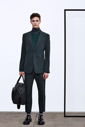 Как и с чем носить: темно-серый костюм, темно-зеленый свитер с круглым вырезом, темно-серая водолазка, черные кожаные туфли дерби