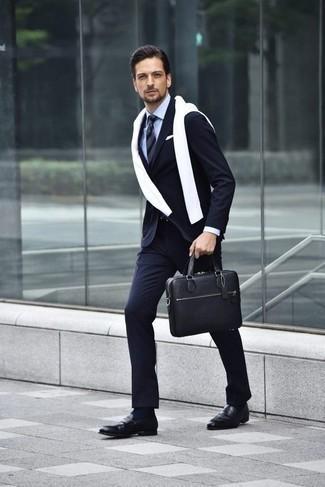 Белый свитер с круглым вырезом: с чем носить и как сочетать мужчине: Белый свитер с круглым вырезом и темно-синий костюм в вертикальную полоску помогут создать необычный мужской образ для работы в офисе. Любишь экспериментировать? Заверши лук черными кожаными лоферами.