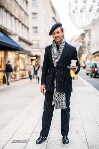 """Как и с чем носить: черный костюм в вертикальную полоску, черный свитер с круглым вырезом, черные кожаные лоферы, бело-черный шарф с узором """"гусиные лапки"""""""
