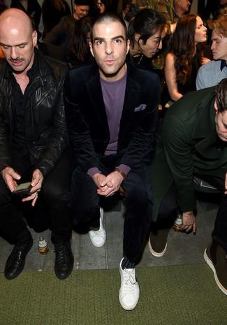 Как и с чем носить: темно-синий вельветовый костюм, пурпурный свитер с круглым вырезом, белые кожаные низкие кеды, пурпурный нагрудный платок