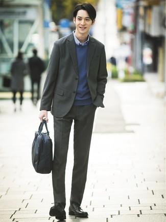 Как и с чем носить: темно-серый костюм, темно-синий свитер с круглым вырезом, синяя рубашка с длинным рукавом в мелкую клетку, черные кожаные туфли дерби