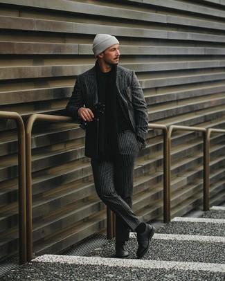 Как и с чем носить: темно-серый костюм в вертикальную полоску, черный свитер с круглым вырезом, черные кожаные туфли дерби, серая шапка