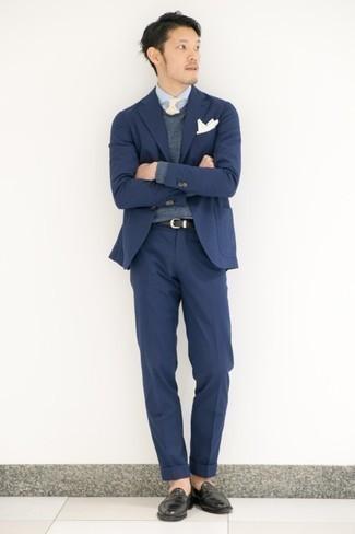 С чем носить черные кожаные лоферы мужчине: Темно-синий костюм в паре с темно-серым свитером с v-образным вырезом поможет создать модный и в то же время изысканный ансамбль. Черные кожаные лоферы станут классным дополнением к твоему луку.