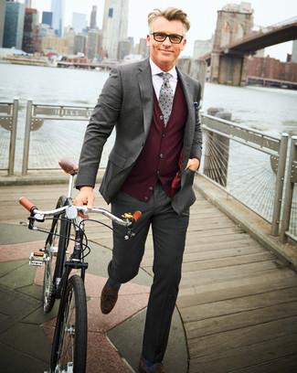 Как и с чем носить: серый костюм, темно-красный трикотажный жилет, белая классическая рубашка, темно-коричневые замшевые лоферы с кисточками