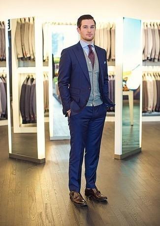 Темно-красный галстук в горошек: с чем носить и как сочетать мужчине: Несмотря на то, что этот лук выглядит довольно-таки выдержанно, сочетание темно-синего костюма и темно-красного галстука в горошек всегда будет по душе стильным молодым людям, неминуемо покоряя при этом дамские сердца. Если ты предпочитаешь более удобную обувь, лучше остановить свой выбор на темно-коричневых кожаных монках с двумя ремешками.
