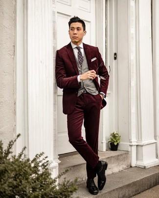 С чем носить темно-пурпурный галстук с принтом мужчине: Комбо из темно-красного вельветового костюма и темно-пурпурного галстука с принтом поможет создать стильный классический ансамбль. В паре с черными кожаными оксфордами весь лук смотрится очень живо.