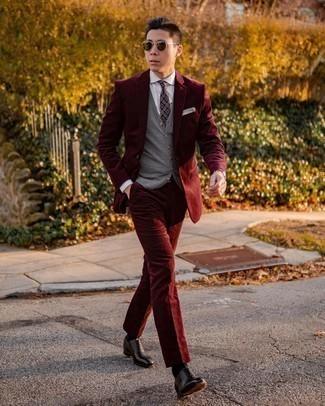 С чем носить темно-пурпурный галстук с принтом мужчине: Несмотря на то, что этот образ довольно-таки классический, сочетание темно-красного вельветового костюма и темно-пурпурного галстука с принтом неизменно нравится стильным мужчинам, а также пленяет сердца женского пола. Дерзкие мужчины завершат образ черными кожаными оксфордами.