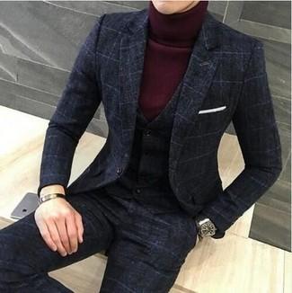 Как и с чем носить: темно-серый костюм-тройка в клетку, темно-красная водолазка, белый нагрудный платок, черные кожаные часы