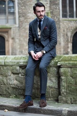 Темно-сине-белые носки в горошек: с чем носить и как сочетать мужчине: Синий костюм-тройка и темно-сине-белые носки в горошек — обязательные вещи в арсенале мужчин с превосходным чувством стиля. Не прочь сделать лук немного строже? Тогда в качестве обуви к этому образу, стоит выбрать темно-коричневые замшевые лоферы с кисточками.
