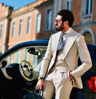 С чем носить мятные кожаные часы мужчине: Бежевый костюм-тройка в шотландскую клетку и мятные кожаные часы — великолепная идея для несложного, но стильного мужского образа.