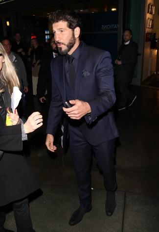 Как и с чем носить: темно-синий костюм-тройка, темно-синяя шелковая классическая рубашка, черные замшевые ботинки челси, черный галстук