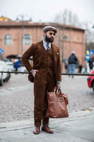 Как и с чем носить: коричневый вельветовый костюм-тройка, голубая классическая рубашка в вертикальную полоску, коричневые кожаные броги, коричневая кожаная большая сумка
