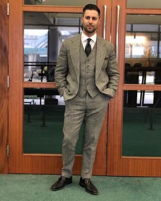 Как и с чем носить: коричневый шерстяной костюм-тройка, белая классическая рубашка, темно-коричневые кожаные броги, черный галстук