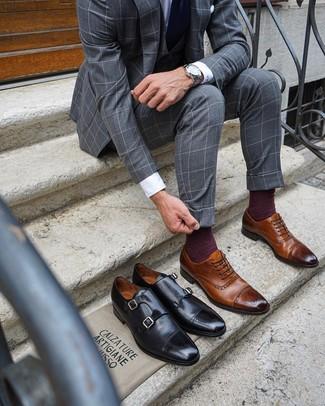 Как и с чем носить: серый костюм-тройка в клетку, белая классическая рубашка, коричневые кожаные броги, темно-синий галстук
