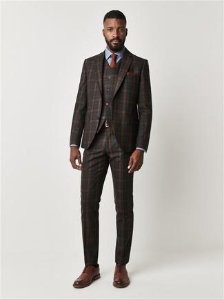 Как и с чем носить: темно-коричневый костюм-тройка в шотландскую клетку, голубая классическая рубашка, коричневые кожаные броги, табачный галстук