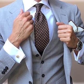 Как и с чем носить: серый костюм-тройка, белая классическая рубашка, темно-коричневый галстук в горошек, белый нагрудный платок