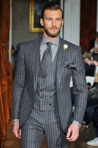 Как и с чем носить: серый костюм-тройка в вертикальную полоску, черно-белая классическая рубашка в мелкую клетку, темно-серый галстук, темно-серый шелковый нагрудный платок