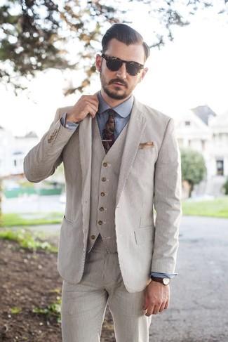 Как и с чем носить: бежевый костюм-тройка из жатого хлопка, синяя классическая рубашка из шамбре, разноцветный галстук с цветочным принтом, бежевый нагрудный платок
