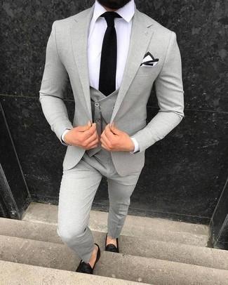 Черный вязаный галстук: с чем носить и как сочетать мужчине: Несмотря на то, что этот образ кажется весьма сдержанным, тандем серого костюма-тройки и черного вязаного галстука всегда будет по вкусу стильным молодым людям, покоряя при этом сердца барышень. Заверши лук черными кожаными лоферами с кисточками, если боишься, что он получится слишком отполированным.
