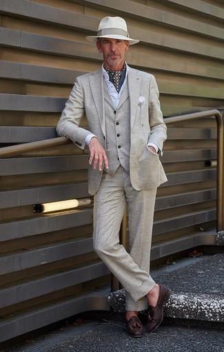Серый костюм-тройка: с чем носить и как сочетать: Несмотря на то, что это довольно консервативный образ, тандем серого костюма-тройки и белой классической рубашки всегда будет выбором современных джентльменов, непременно покоряя при этом дамские сердца. Если подобный лук кажется тебе слишком дерзким, разбавь его темно-коричневыми кожаными плетеными лоферами с кисточками.