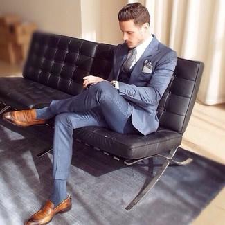 Как и с чем носить: синий костюм-тройка, белая классическая рубашка, коричневые кожаные лоферы, серый галстук