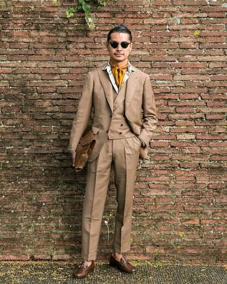 Как и с чем носить: светло-коричневый костюм-тройка, белая классическая рубашка с принтом, коричневые кожаные лоферы, коричневый кожаный портфель