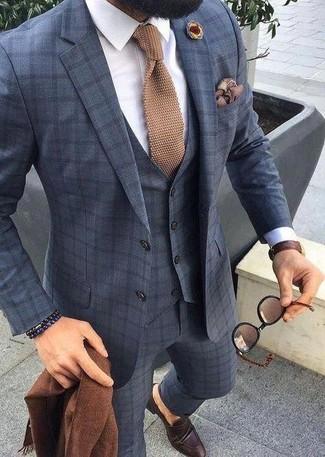 Как и с чем носить: темно-синий костюм-тройка в клетку, белая классическая рубашка, темно-коричневые кожаные лоферы, светло-коричневый вязаный галстук