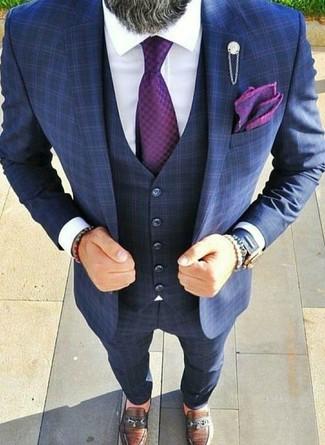 Как и с чем носить: темно-синий костюм-тройка в клетку, белая классическая рубашка, коричневые кожаные лоферы, пурпурный галстук