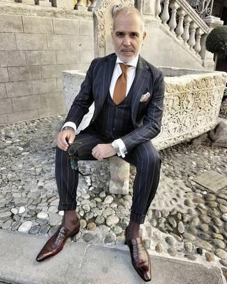 Как и с чем носить: черный костюм-тройка в вертикальную полоску, белая классическая рубашка, темно-коричневые кожаные лоферы, коричневый галстук