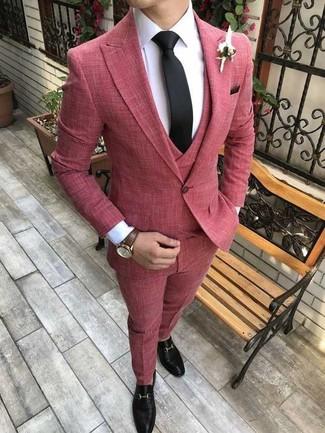 Как и с чем носить: красный костюм-тройка, белая классическая рубашка, черные кожаные лоферы, черный галстук
