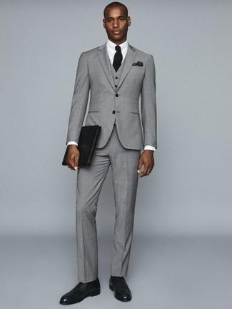 Серый костюм-тройка: с чем носить и как сочетать: Серый костюм-тройка в сочетании с белой классической рубашкой — замечательный пример делового городского стиля. Дополни образ темно-зелеными кожаными лоферами, если не хочешь, чтобы он получился слишком формальным.