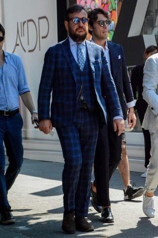 Темно-коричневые замшевые лоферы: с чем носить и как сочетать мужчине: Сочетание темно-синего костюма-тройки в шотландскую клетку и белой классической рубашки поможет составить выразительный мужской образ. Заверши образ темно-коричневыми замшевыми лоферами, если боишься, что он получится слишком отполированным.