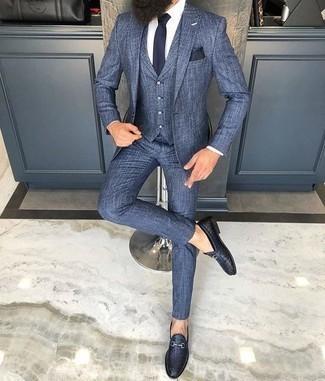 С чем носить темно-синий галстук мужчине: Синий костюм-тройка смотрится прекрасно в паре с темно-синим галстуком. Почему бы не добавить в этот ансамбль чуточку фривольности с помощью темно-синих кожаных плетеных лоферов?