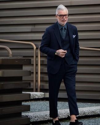 С чем носить темно-серые кожаные часы мужчине: Примерь сочетание темно-синего шерстяного костюма-тройки и темно-серых кожаных часов, и ты получишь стильный расслабленный мужской образ для повседневной носки. Почему бы не добавить в этот образ на каждый день чуточку стильной строгости с помощью черных бархатных лоферов?
