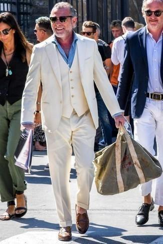 С чем носить коричневые кожаные лоферы мужчине: Несмотря на то, что этот ансамбль довольно классический, ансамбль из белого костюма-тройки и голубой классической рубашки является постоянным выбором стильных молодых людей, покоряя при этом дамские сердца. Почему бы не привнести в этот образ немного расслабленности с помощью коричневых кожаных лоферов?
