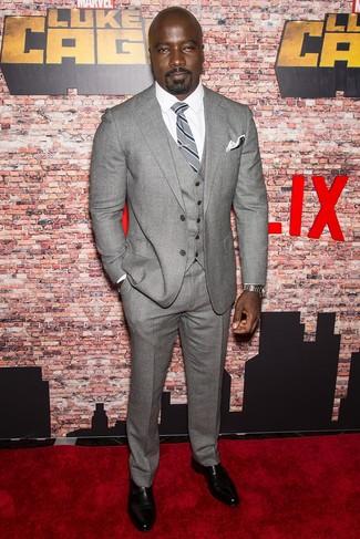 Как и с чем носить: серый шерстяной костюм-тройка, белая классическая рубашка, черные кожаные монки с двумя ремешками, серый галстук в вертикальную полоску
