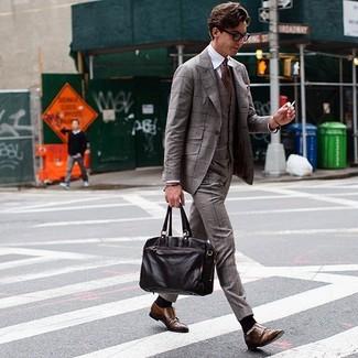 Как и с чем носить: коричневый костюм-тройка в шотландскую клетку, белая классическая рубашка, коричневые кожаные монки с двумя ремешками, темно-коричневый кожаный портфель