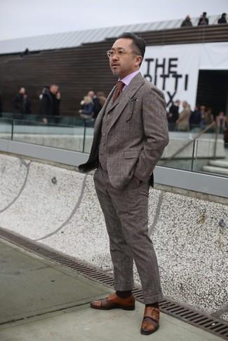Как и с чем носить: коричневый шерстяной костюм-тройка в клетку, розовая классическая рубашка, коричневые кожаные монки с двумя ремешками, коричневый галстук
