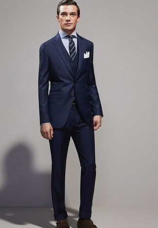 Модный лук: темно-синий костюм-тройка, бело-темно-синяя классическая рубашка в вертикальную полоску, темно-коричневые замшевые монки с двумя ремешками, темно-сине-белый галстук в горизонтальную полоску
