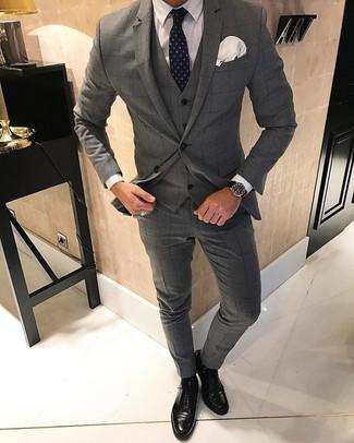 Как и с чем носить: серый костюм-тройка в клетку, белая классическая рубашка, черные кожаные оксфорды, темно-синий галстук в горошек