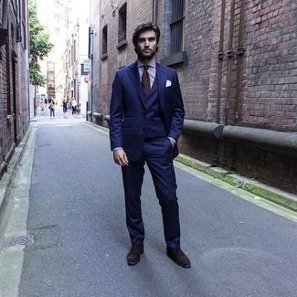 Как и с чем носить: темно-синий костюм-тройка, бело-пурпурная классическая рубашка в вертикальную полоску, темно-коричневые замшевые оксфорды, темно-коричневый галстук