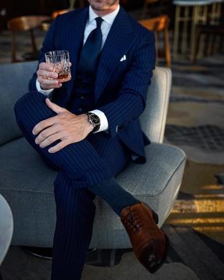 Как и с чем носить: темно-синий костюм-тройка в вертикальную полоску, белая классическая рубашка, коричневые кожаные оксфорды, темно-синий галстук