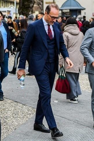 Темно-синий костюм-тройка: с чем носить и как сочетать: Несмотря на то, что этот образ кажется довольно консервативным, образ из темно-синего костюма-тройки и белой классической рубашки является постоянным выбором стильных мужчин, пленяя при этом дамские сердца. В паре с этим луком органично выглядят черные кожаные оксфорды.