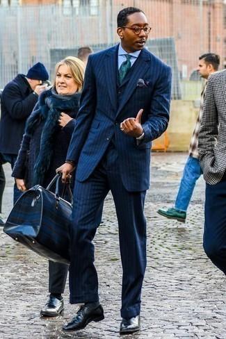 Черные кожаные оксфорды: с чем носить и как сочетать: Темно-синий костюм-тройка в вертикальную полоску в паре с голубой классической рубашкой поможет исполнить изысканный мужской стиль. Вместе с этим луком органично выглядят черные кожаные оксфорды.