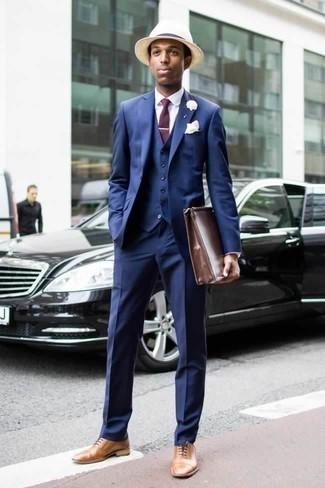 Темно-красный галстук: с чем носить и как сочетать мужчине: Несмотря на то, что это весьма консервативный лук, сочетание синего костюма-тройки и темно-красного галстука неизменно нравится стильным мужчинам, пленяя при этом сердца представительниц прекрасного пола. Заверши ансамбль светло-коричневыми кожаными оксфордами, если боишься, что он получится слишком претенциозным.