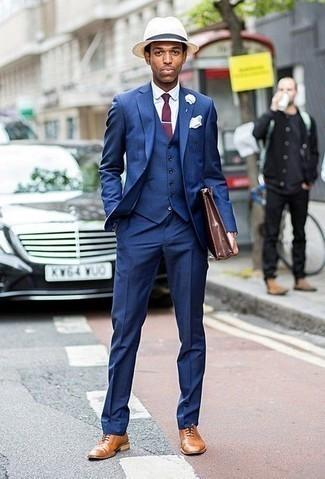 Коричневый кожаный портфель: с чем носить и как сочетать: Несмотря на свою легкость, дуэт синего костюма-тройки и коричневого кожаного портфеля неизменно нравится джентльменам, покоряя при этом сердца дам. Если ты любишь смешивать в своих ансамблях разные стили, из обуви можешь надеть светло-коричневые кожаные оксфорды.