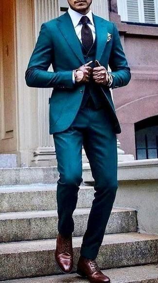 Фиолетовый галстук с принтом: с чем носить и как сочетать мужчине: Несмотря на то, что этот ансамбль довольно-таки классический, ансамбль из темно-бирюзового костюма-тройки и фиолетового галстука с принтом неизменно нравится джентльменам, покоряя при этом сердца прекрасных дам. Если подобный лук кажется тебе слишком смелым, уравновесь его темно-красными кожаными повседневными ботинками.