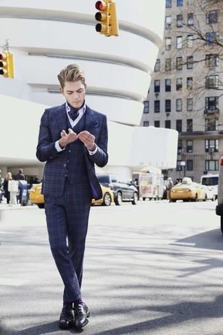 Как и с чем носить: темно-синий костюм-тройка в шотландскую клетку, белая классическая рубашка, черные кожаные туфли дерби, темно-синий нагрудный платок в горошек