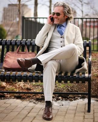 Как и с чем носить: бежевый шерстяной костюм-тройка, голубая классическая рубашка, коричневые кожаные туфли дерби, коричневый кожаный портфель